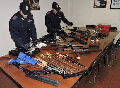 Aggredisce con arco e frecce coppia di poliziotti: Arrestato