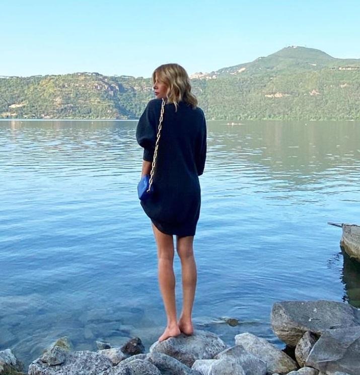 CASTEL GANDOLFO La bionda mozzafiato si è concessa uno scatto pubblicato su Instagram in cui parla delle sue gambe