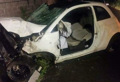 Auto contro muro, muore 19enne