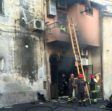 Il fuoco devasta una casa nel centro di genzano for Piccolo piano di pagamento della casa