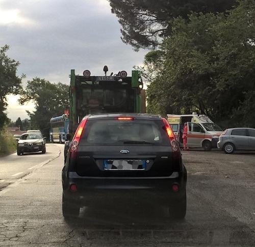 Incidente stradale a Colonna: muore 50enne su scooter dopo scontro con bus
