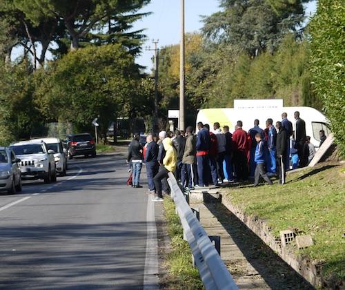 Rocca di Papa: migranti scendono in strada e occupano via dei Laghi