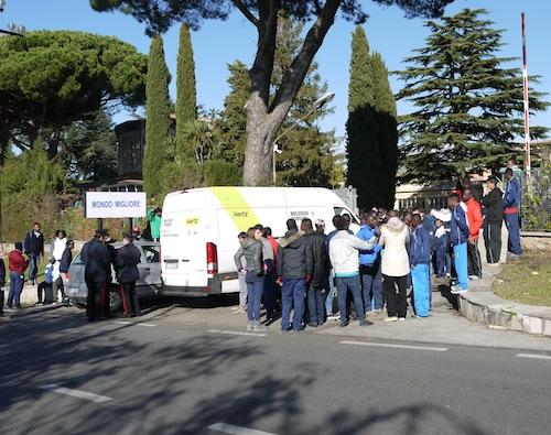 Paura vicino a Roma, bomba carta contro un centro migranti