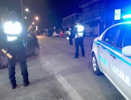 Anziano non vede il posto di blocco: la polizia gli spara