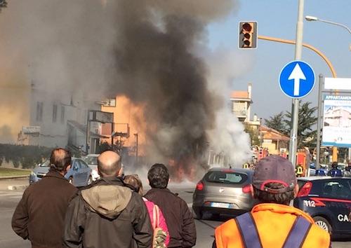Ciampino: bus in fiamme, paura in viale Kennedy. Traffico in tilt