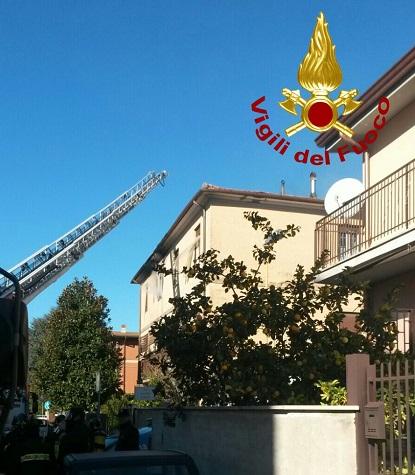 Ciampino, incendio in una palazzina: salvate due persone. Alcuni intossicati FOTO