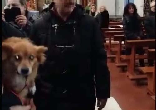 La protesta degli animalisti per il cane cacciato dalla chiesa a Genzano