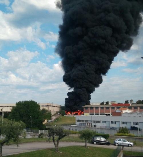 Incendio alla Ecox a Pomezia: nube inquinante sulla Pontina?