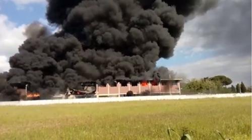 Incendio a Pomezia, paura per la nube tossica