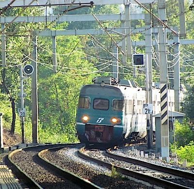 Incendio vicino binari tra Pomezia e Torricola: stop treni Roma-Formia e Roma-Nettuno
