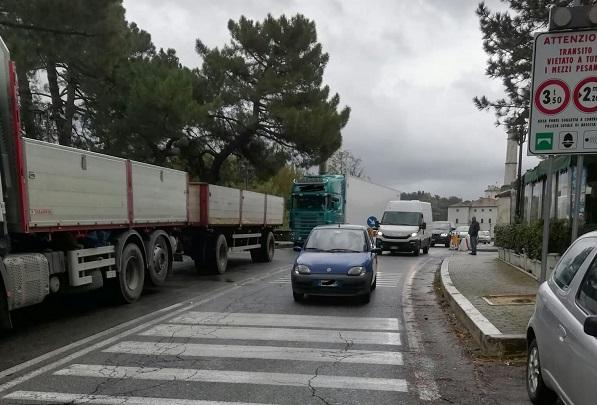 Ariccia, controlli della polizia locale stamattina sul ponte di via Appia. Multati due grossi camion - ilmamilio.it - L'informazione dei Castelli romani