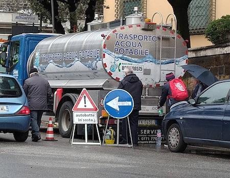 """FOTO - Mezza Frascati senza acqua: 3 autobotti solo in centro, polemica e rabbia. """"Terzo mondo"""" - ilmamilio.it - L'informazione dei Castelli romani"""