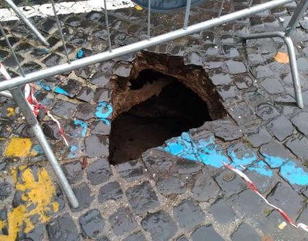 FOTO - Frascati: una buca profonda diversi metri si è aperta nella centralissima piazza San Pietro - ilmamilio.it - L'informazione dei Castelli romani