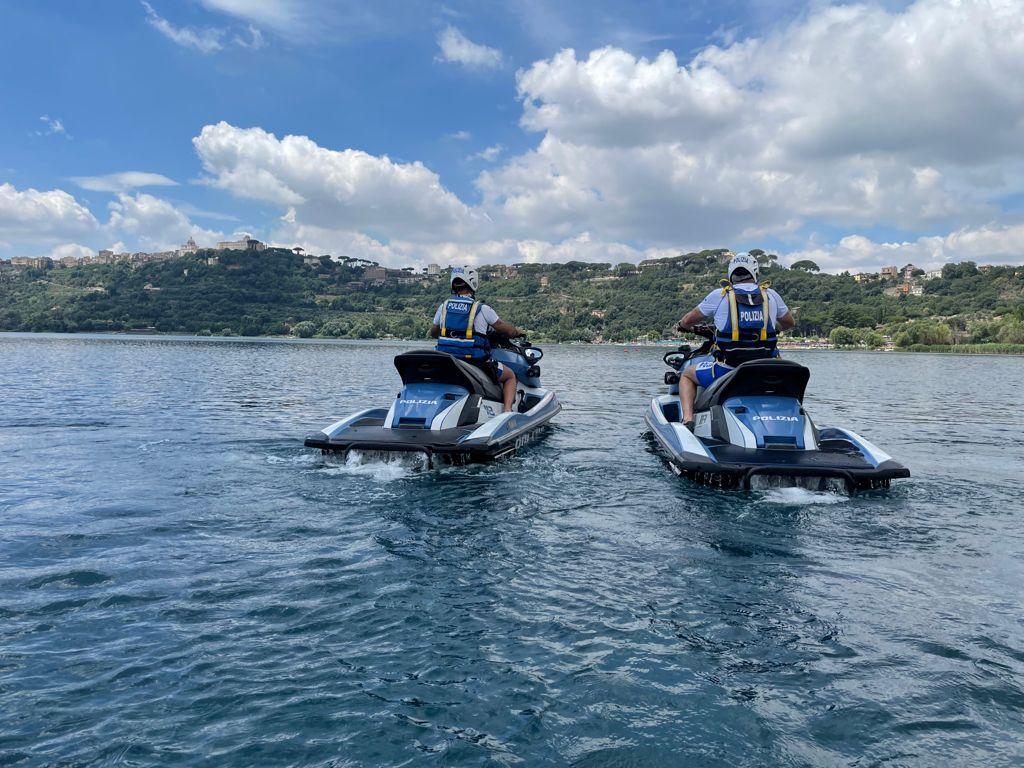 Castel Gandolfo | Soccorse 4 persone al centro lago dalla polizia fluviale  con le moto d'acqua. Causa vento forte