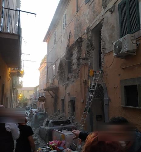 VIDEO & FOTO - Esplosione nel centro storico di Marino: sventrato ...