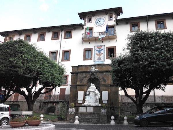 Monte Compatri: dipendente comunale infedele, timbrava e poi se ne ...